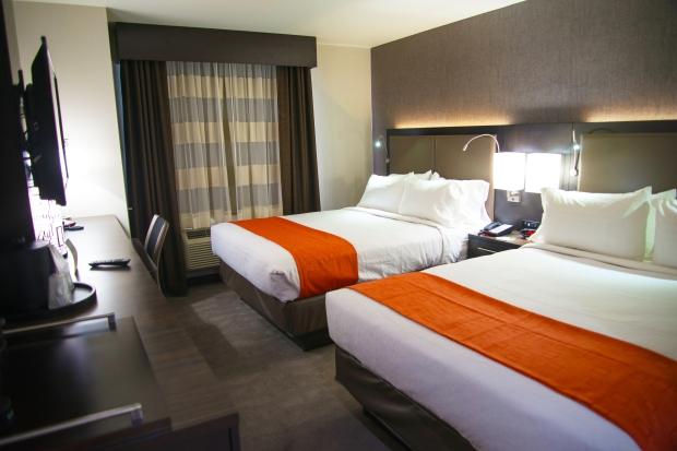 Holiday Inn Staten Island guest bedroom