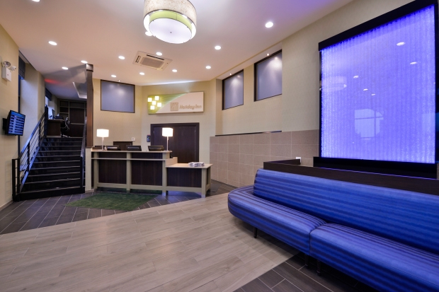 front desk and waiting area at the Holiday Inn New York JFK Airport